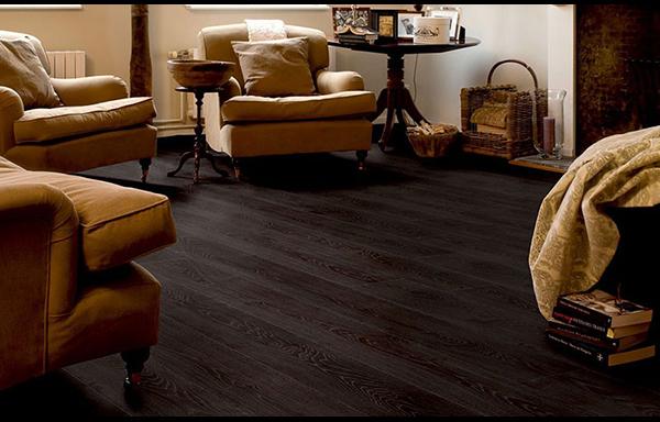 suelo laminado color negro